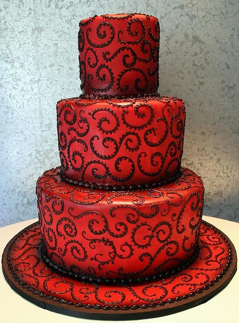 Bánh cưới màu đỏ 3 tầng trang trí hoa văn chocolate