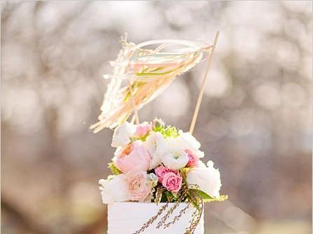 Bánh cưới trắng trang trí viền hồng đơn giản