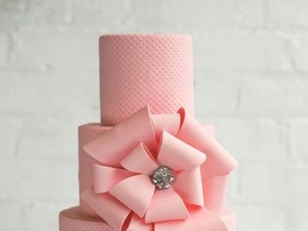 Bánh cưới 3 tầng màu hồng trang trí hoa to