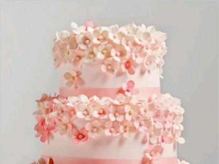 Bánh cưới trắng trang trí nhiều hoa nhỏ màu hồng