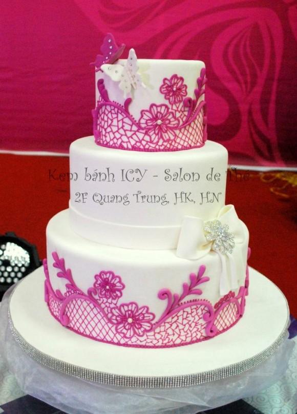 Bánh cưới màu trắng hoa văn hồng