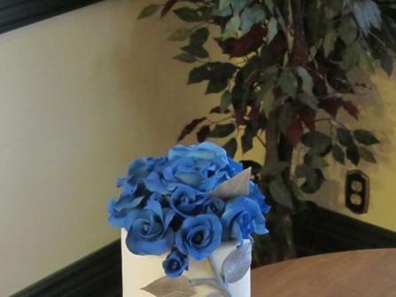 Bánh cưới trắng đơn giản 3 tầng với hoa hồng xanh