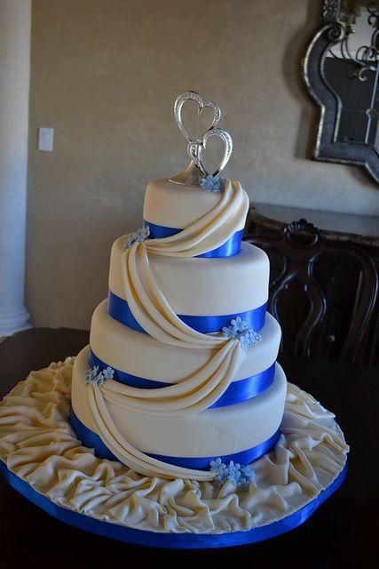 Bánh cưới trắng 4 tầng viền xanh