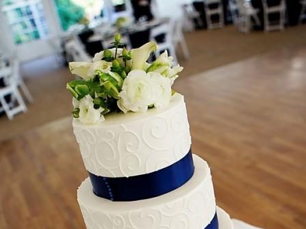 Bánh cưới trắng 4 tầng đơn giản với viền xanh dương