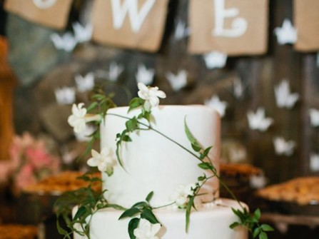 Bánh cưới trắng trang trí bằng cành lá màu xanh