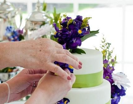 Bánh cưới viền xanh hoa tím đẹp mắt