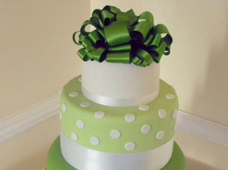 Bánh cưới xanh chấm bi xinh xắn