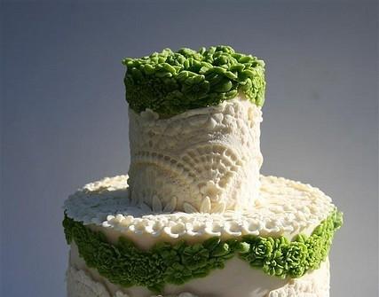 Bánh cưới trắng trang trí kiểu ren và hoa xanh độc đáo