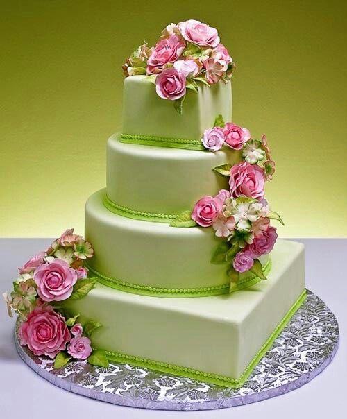 Bánh cưới màu xanh nhạt xinh đẹp với hoa màu hồng