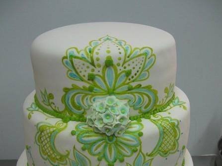 Bánh cưới trắng với họa tiết xanh cầu kỳ