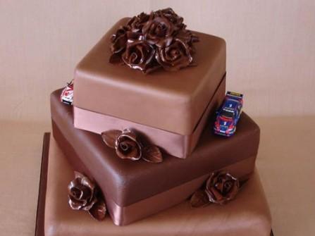 Bánh cưới socola vuông 3 tầng độc đáo
