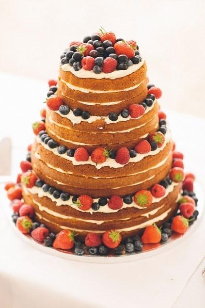 Bánh cưới bánh bông lan và trái cây tươi