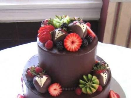 Bánh cưới với trái cây cắt tỉa đẹp mắt