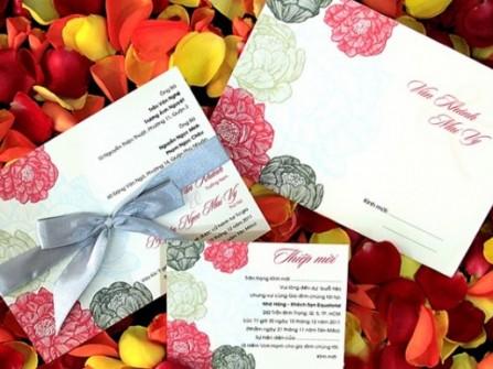 Thiệp cưới đẹp in hoa sinh động