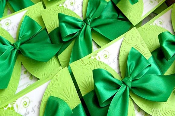 Thiệp cưới đẹp màu xanh lá có hoa văn in nổi