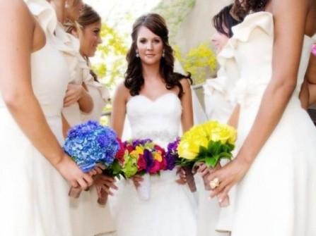 Váy phụ dâu trắng ngắn kết hợp giày màu sắc