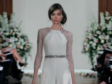 Váy cưới trơn với tay ren kim tuyến