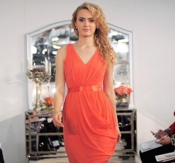 Áo cưới màu cam có tùng xếp ly