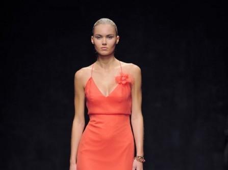 Áo cưới màu cam khoét ngực quyến rũ
