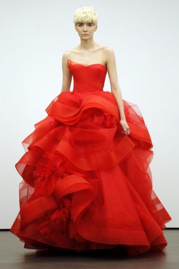 Áo cưới màu đỏ chân váy xếp chồng như cánh hoa