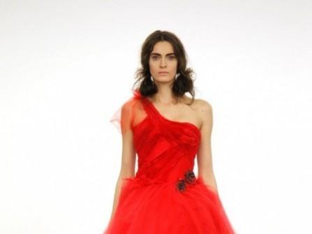 Áo cưới màu đỏ lệch vai đính hoa ở eo