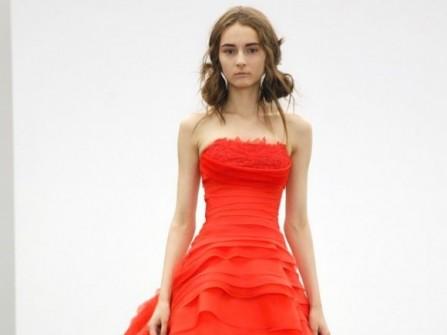 Áo cưới màu đỏ xếp tầng cầu kỳ