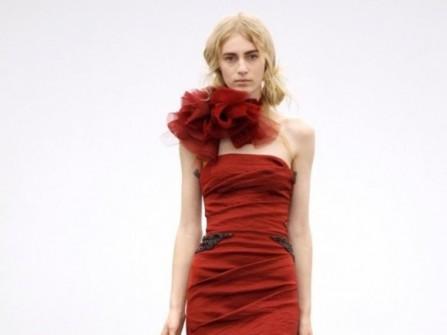 Áo cưới màu đỏ đuôi cá xếp tầng cách điệu
