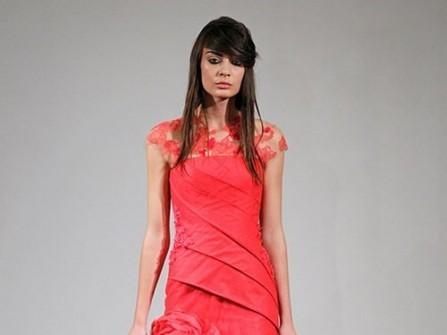 Áo cưới màu đỏ chân váy voan xếp hoa hồng