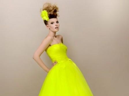 Áo cưới vàng cúp ngực và chân váy dài xòe