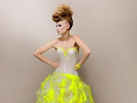 Áo cưới màu vàng viền cúp ngực