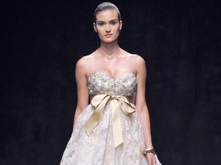 Áo cưới màu vàng cúp ngực kết hợp chân váy công chúa