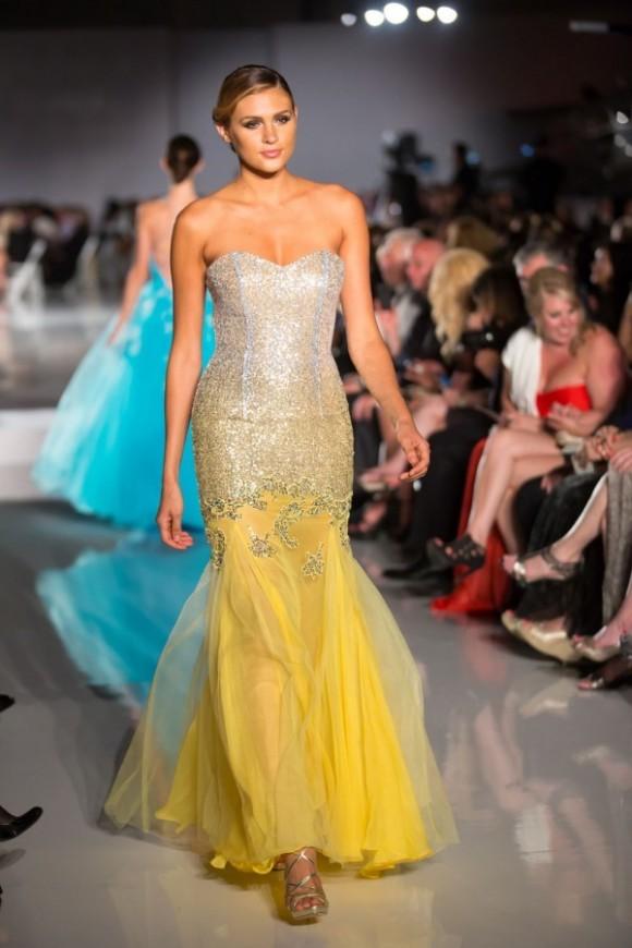 Áo cưới màu vàng chân váy đuôi cá phủ voan