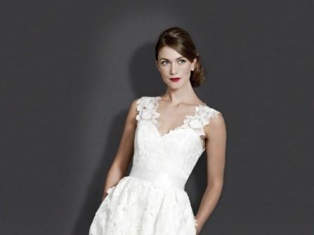 Áo cưới ngắn cổ tim tay ngắn với hoa ren