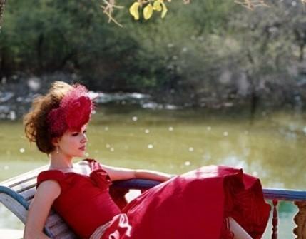 Áo cưới màu đỏ cúp ngực chân váy xòe