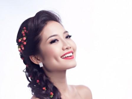 Tóc cưới thắt bím với hoa chuỗi ngọc