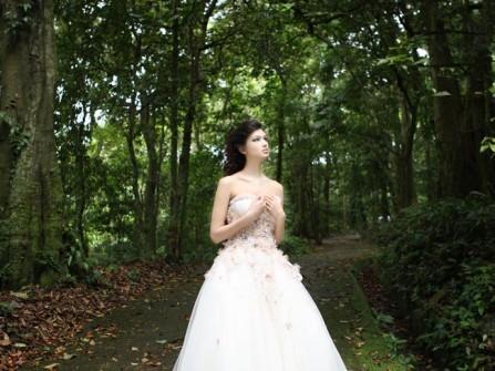 Váy cưới trắng xòe kết hoa tím nhạt