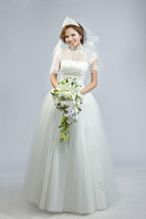 Áo cưới trắng xòe tay ngắn vai trong suốt
