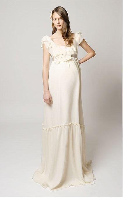 Váy cưới trắng suôn cho cô dâu bầu