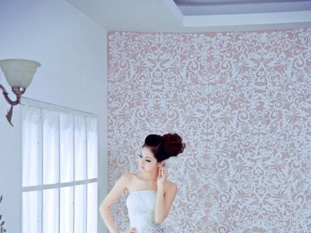 Váy cưới trắng hạ eo với chân váy xòe xếp tầng