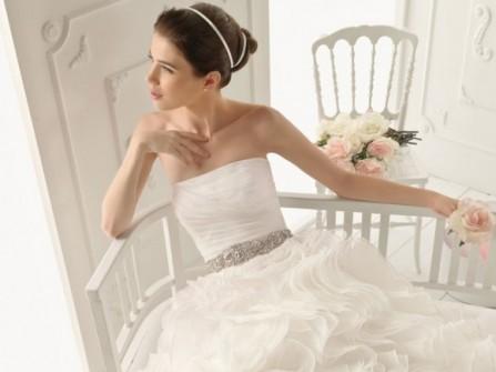 Váy cưới cúp ngực với chân váy xếp tầng bồng bềnh