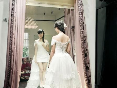 Áo cưới ngắn với đuôi xòe dài xếp tầng
