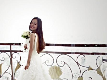 Váy cưới xếp tầng đuôi dài khoét lưng