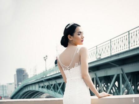 Áo cưới đuôi cá bằng vải ren khoét lưng trái tim