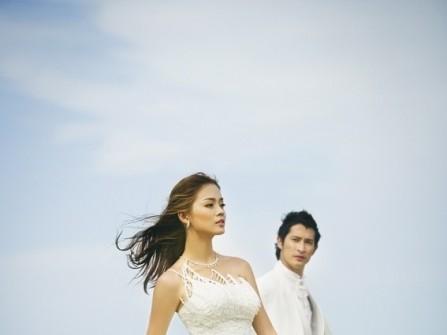 Váy cưới xòe lệch vai chân váy xếp tầng