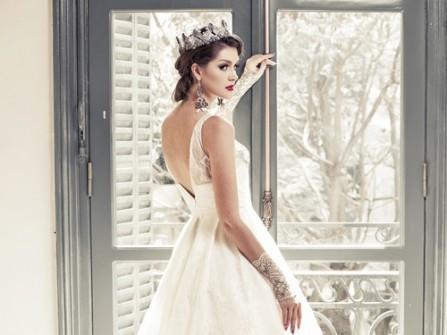 Váy cưới xòe đuôi dài xẻ lưng
