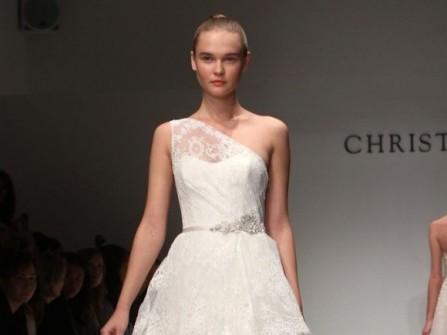 Váy cưới chữ A lệch vai kết hợp peplum