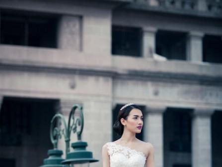 Áo cưới chữ A lệch vai trên nền ren hoa