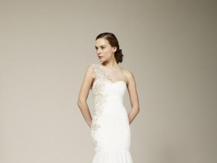 Áo cưới đuôi cá lệch vai chân váy loe