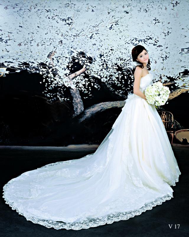 Áo cưới xòe đuôi dài thắt nơ sau lưng