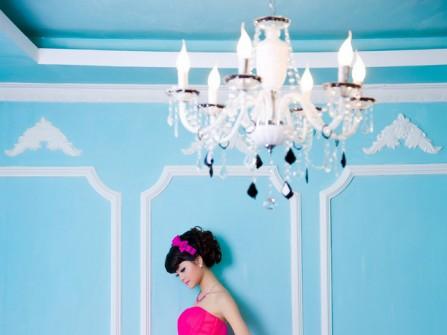 Áo cưới màu hồng kết hợp thắt lưng bạc